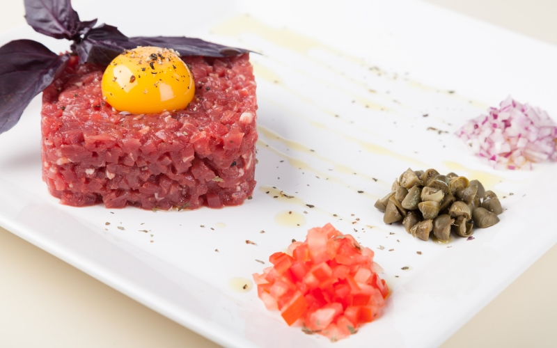 Steak tartare en un plato